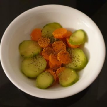 Gekochter Karottensalat mit Gurke